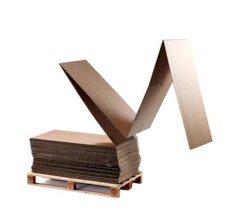 Feuille carton ondulé 270x7010mm brun, froissé, onde C, lâche sur une palette